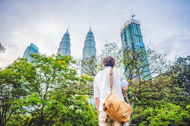 L'homme touriste en malaisie regarde les tours jumelles petronas