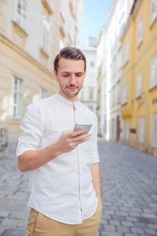 Homme touriste regardant téléphone