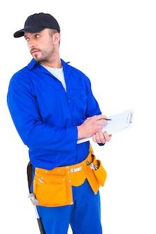 Homme à tout faire en bleu écrit globalement sur le presse-papiers