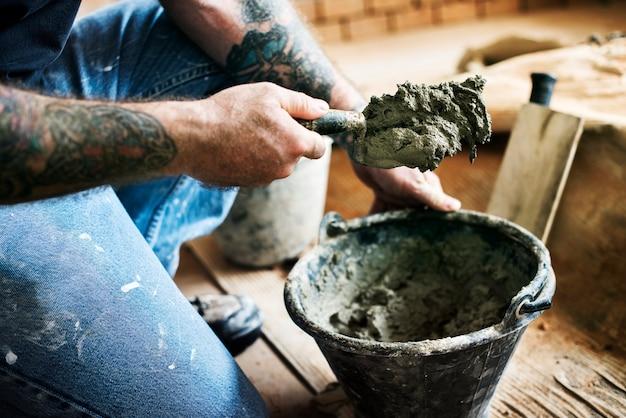 Homme à tout faire préparer le ciment pour la construction