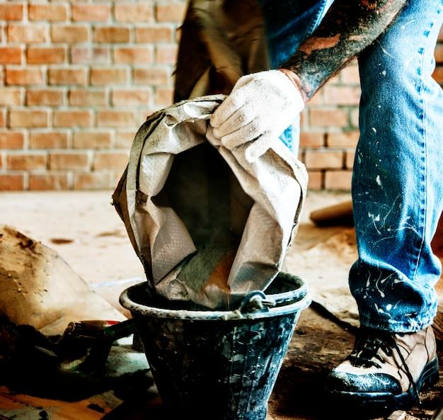 Homme à tout faire préparer l'utilisation du ciment pour la construction