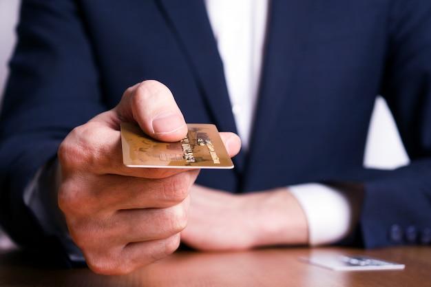 L'homme transfère la carte de crédit