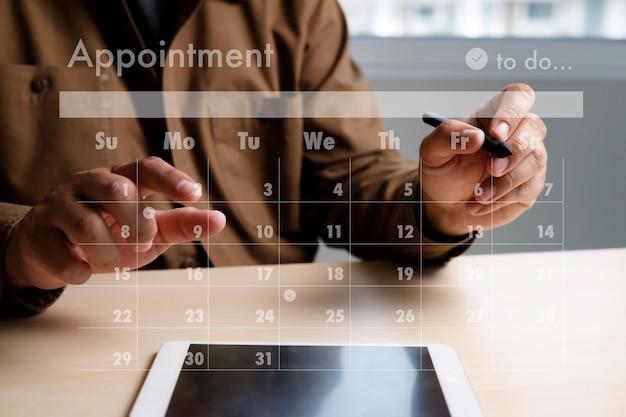 Homme travail entreprise d'écriture de travail et de calendrier calendrier chargé des tâches et des rendez-vous dans le calendrier hebdomadaire