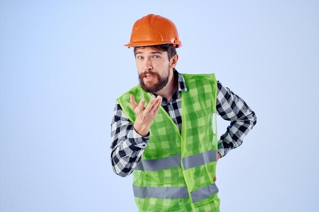 Homme de travail gilet vert casque orange flux de travail gestes de la main fond isolé
