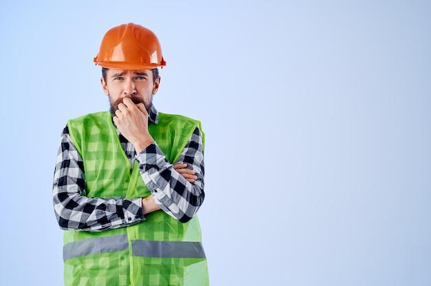 Homme de travail gilet vert casque orange workflow main gestes studio