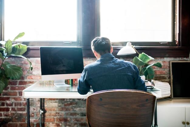 Homme travaillant au bureau à domicile