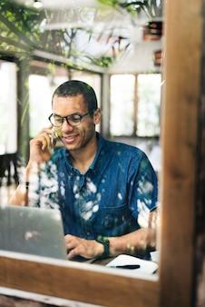 Homme travaillant au café-restaurant concept