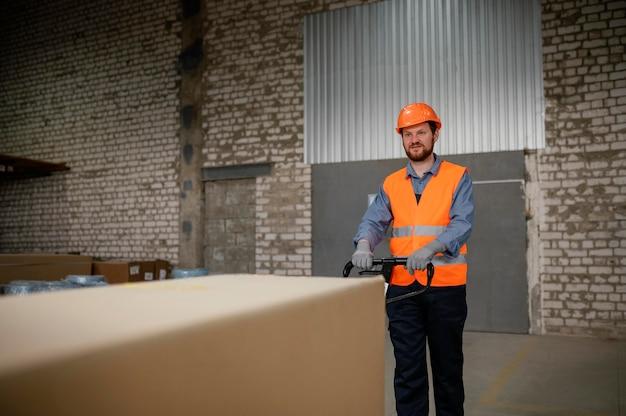 Homme travaillant avec une boîte lourde
