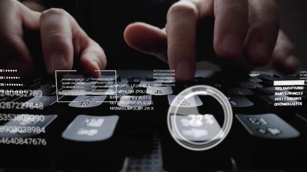 Homme travaillant sur le clavier de l'ordinateur portable avec l'hologramme de l'interface utilisateur graphique gui