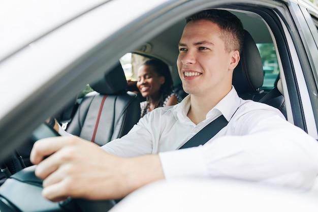 Homme travaillant comme chauffeur