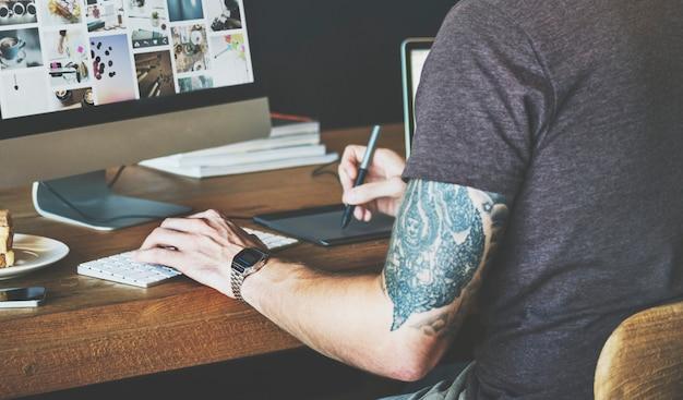 Homme travaillant conception concepteur graphique