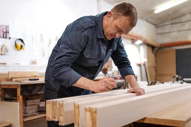 Homme travaillant dans un atelier de bois