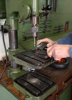Homme travaillant dans un atelier industriel