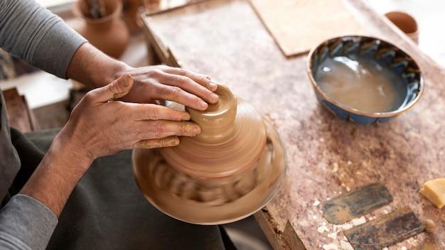 Homme travaillant dans l'atelier de poterie