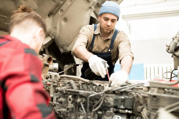 Homme travaillant dans le garage de service