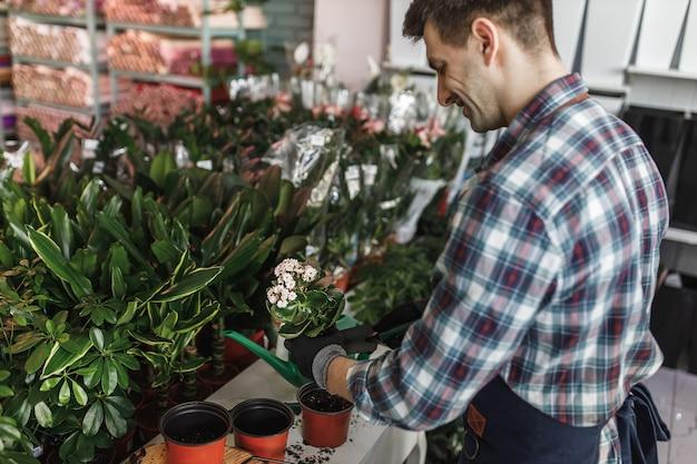 Homme travaillant dans un magasin de fleurs