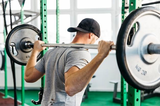 Homme travaillant dans la salle de gym