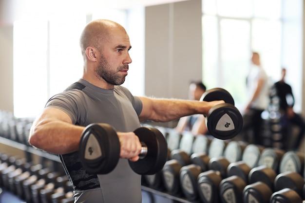 Homme travaillant dans une salle de sport
