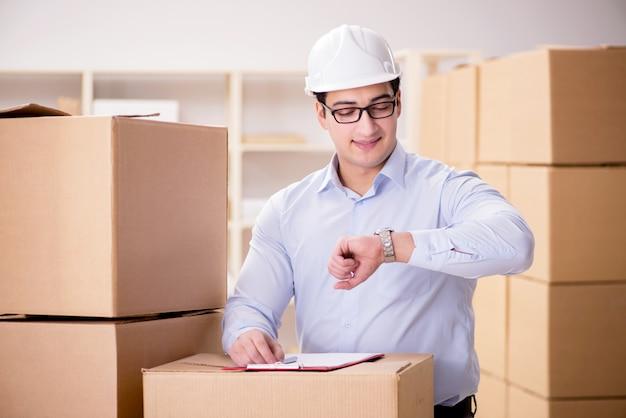 Homme travaillant dans un service de déménagement de livraisons de boîtes