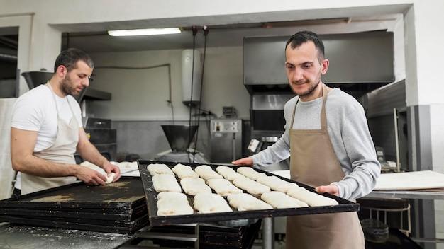 Homme travaillant sur de délicieux pains frais