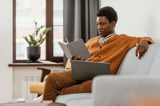 Homme travaillant à distance à domicile