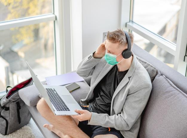 Homme travaillant à distance pendant une pandémie
