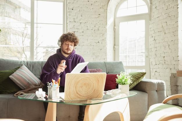 Homme travaillant à domicile pendant un coronavirus ou un concept de bureau distant de quarantaine covid