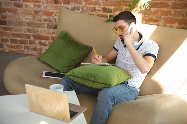 Homme travaillant à domicile pendant le coronavirus ou la quarantaine covid-19, concept de bureau à distance