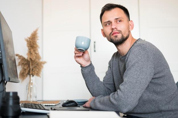 Homme travaillant à domicile