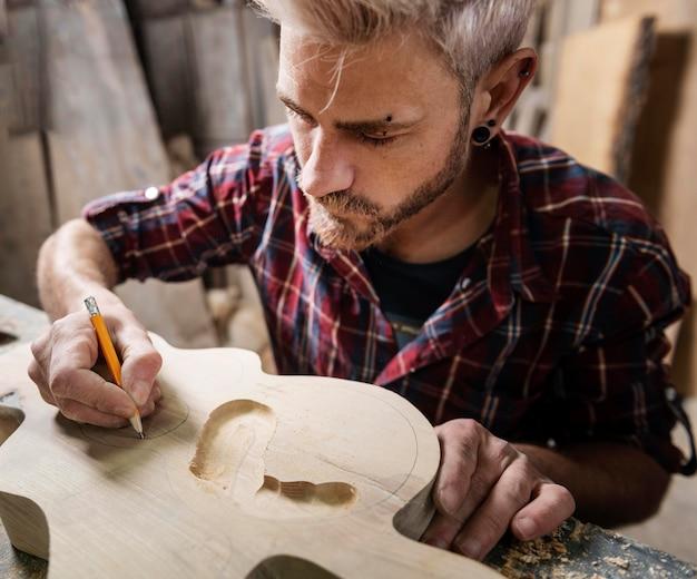 Homme travaillant avec du bois