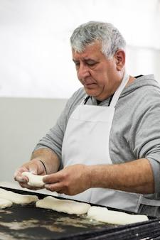 Homme travaillant dur dans une boulangerie