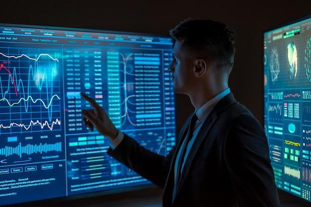 L'homme travaillant sur un écran bleu de capteur dans l'espace sombre