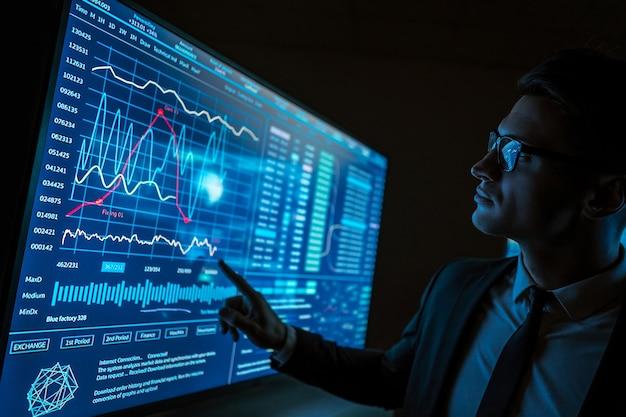 L'homme travaillant sur un écran bleu de capteur