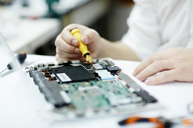 Homme travaillant sur l'électronique