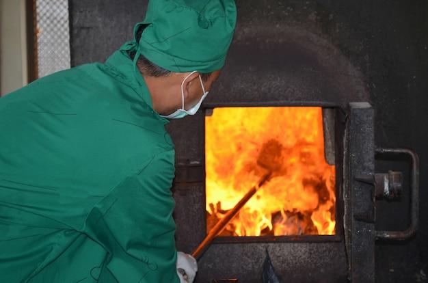 Homme travaillant avec incinérateur