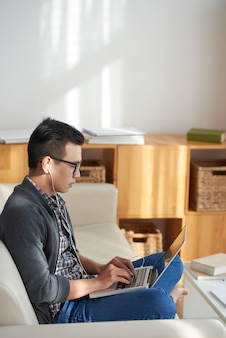 Homme travaillant en ligne à la maison