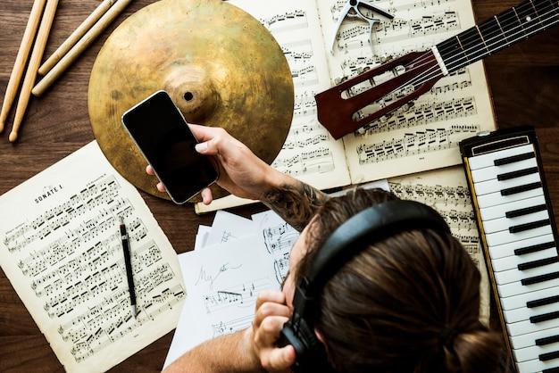 Homme travaillant sur la musique
