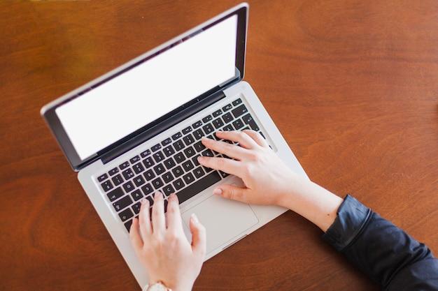 Homme travaillant sur ordinateur portable assis à table