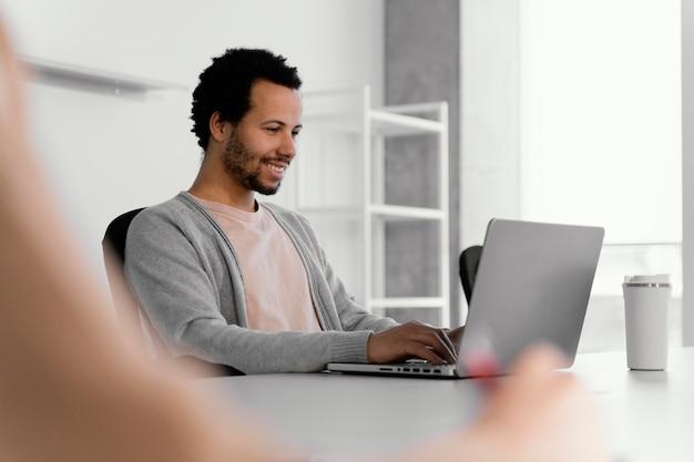 Homme travaillant sur un ordinateur portable dans l'entreprise