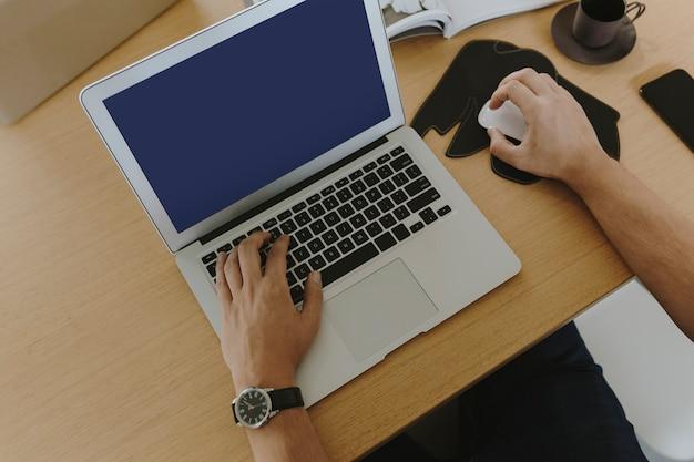 Homme travaillant sur un ordinateur portable
