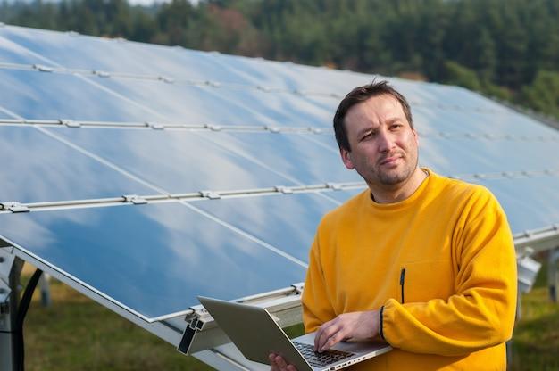 Homme travaillant avec des panneaux solaires