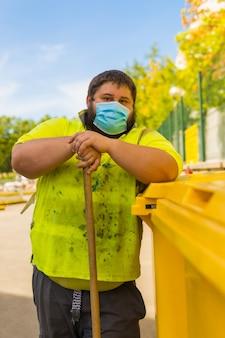 Homme travaillant pour une entreprise de nettoyage avec masque