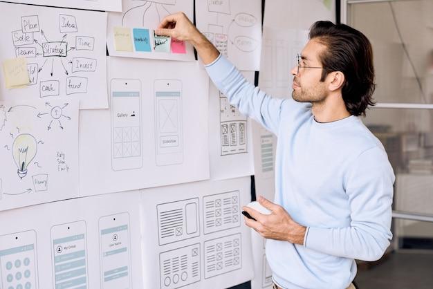 Homme travaillant sur un projet