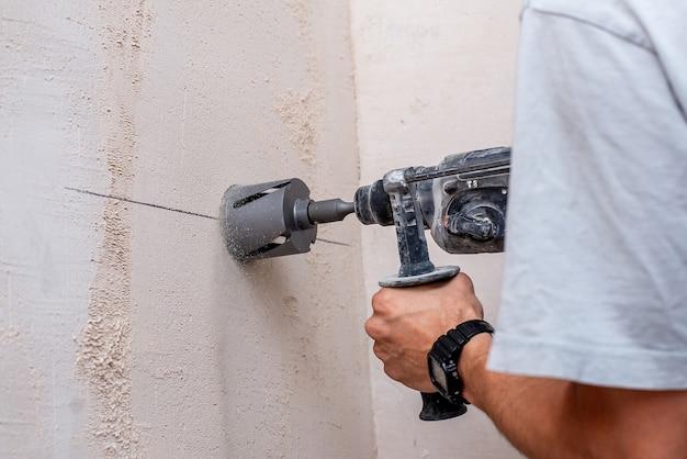 Homme travaillant avec une réparation de forage