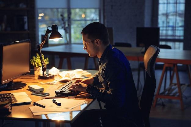 Homme travaillant seul au bureau