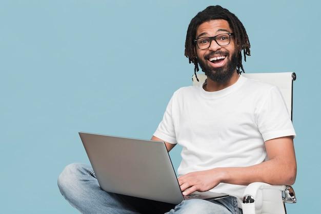 Homme travaillant sur son ordinateur portable