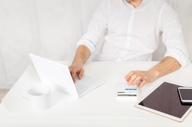 Homme travaillant sur tablette