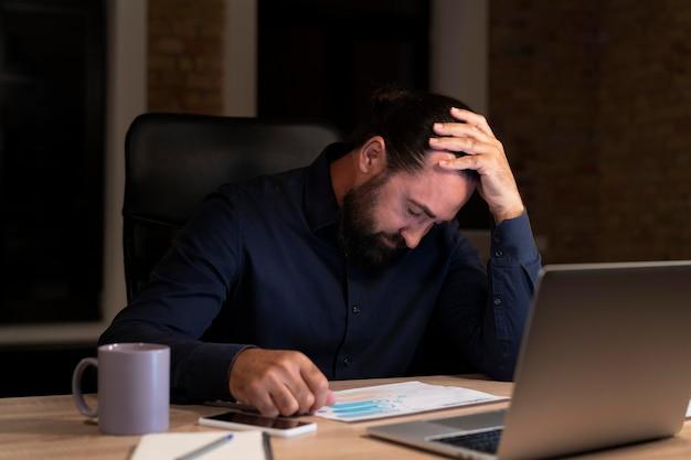 Homme travaillant tard pour un projet urgent