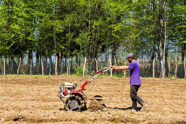 Homme travaillant sur le terrain, scène agricole en géorgie