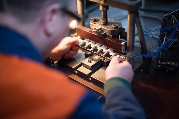 L'homme travaille à l'ancien équipement manuel